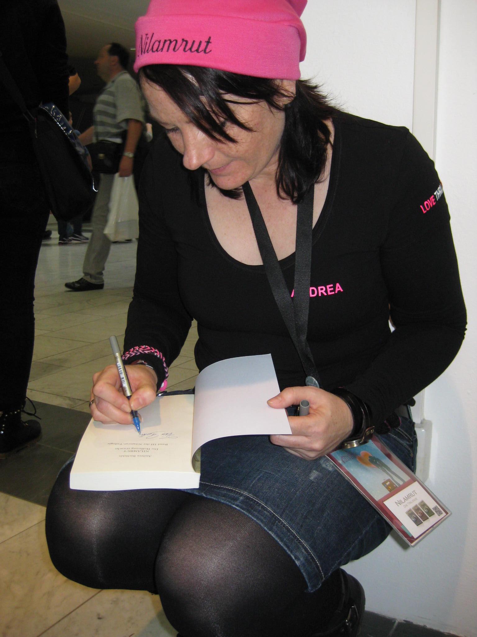 """Andrea signiert mir den 3. Band ihrer """"Nilamrut"""" Reihe"""